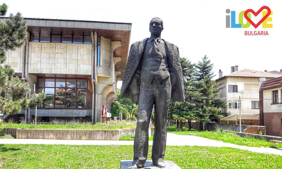 Йордан Йовков паметник Добрич